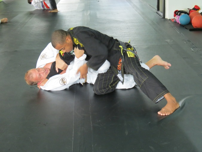 Professor Bruninho showing me how to pass that Knee-Shield.