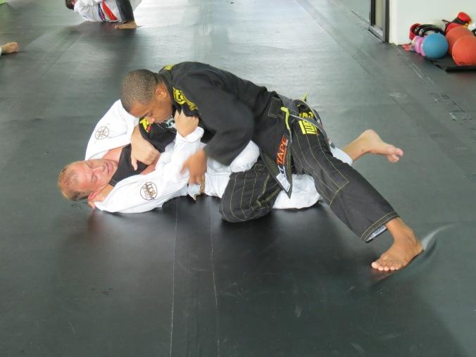 Professor Bruninho showing me how to pass that Knee-Shield.