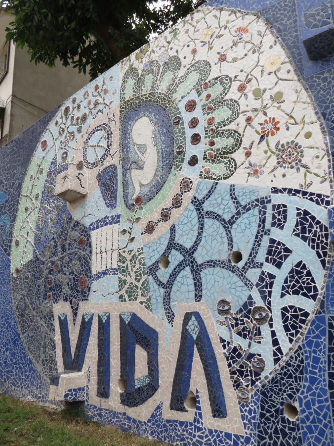 We found this tile mosaic in the Babilonia favela very close to Morro do Leme.